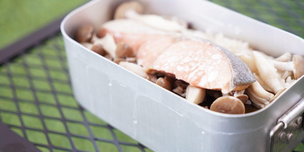 メスティンを使った鮭としめじの炊き込み御飯